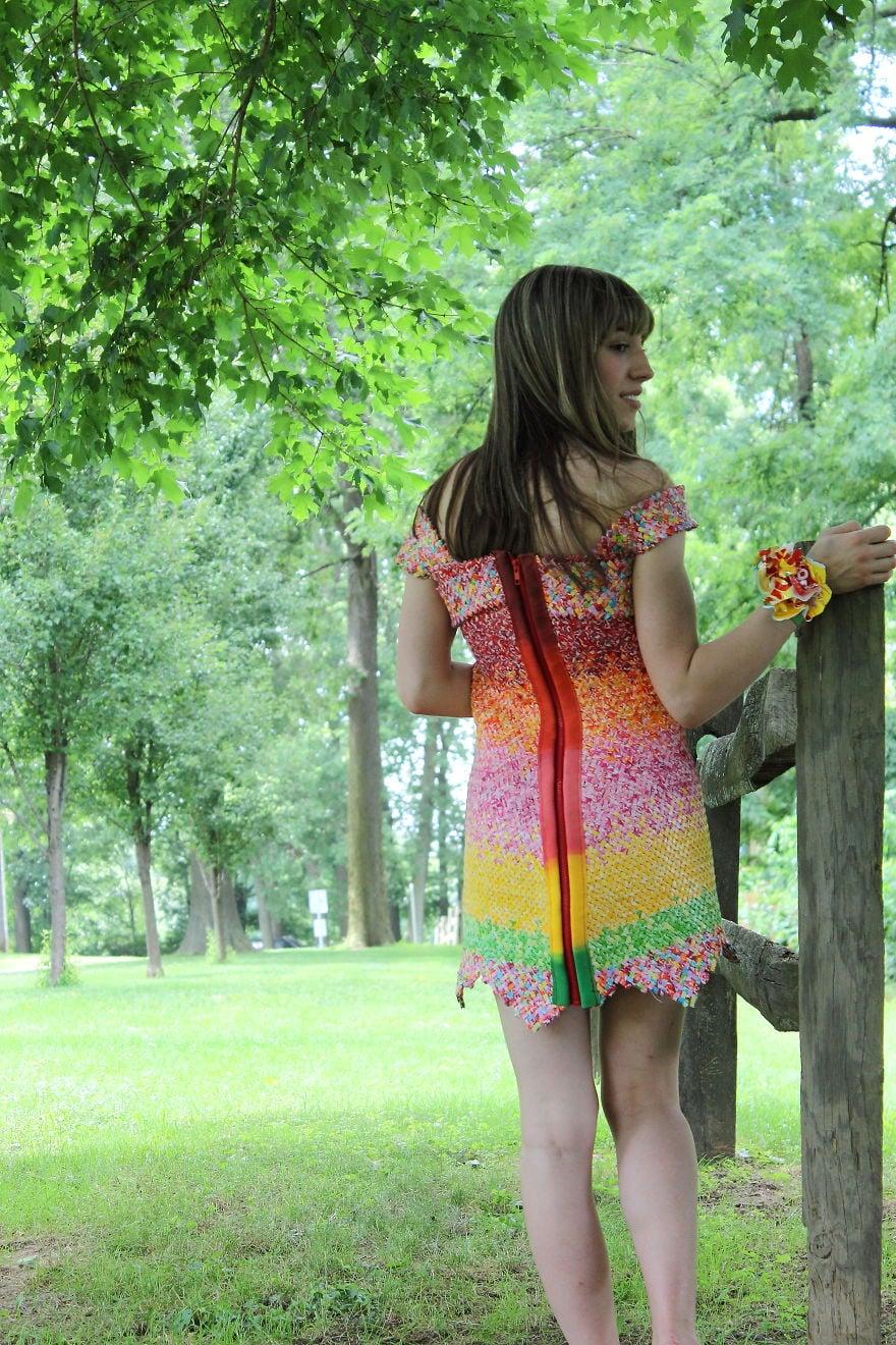 キャンディの包み紙を4年間集め続けてドレスを作った人