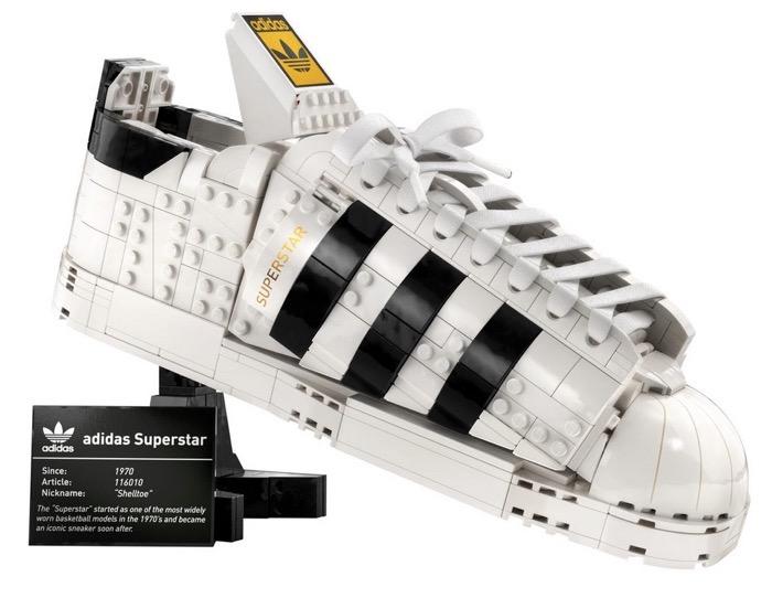 adidas x LEGOのスーパースターが登場、LEGOとスニーカーの両方あるよ